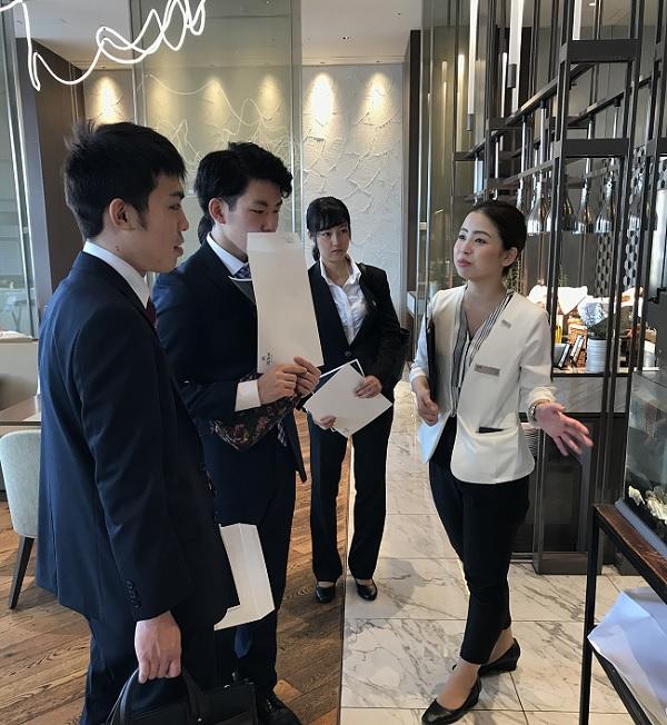 ヒルトン東京お台場のレストラン「Grillogy BAR AND GRILL」にて、人事業務部 クラーク 安部有紀様(右)より説明をしていただきました