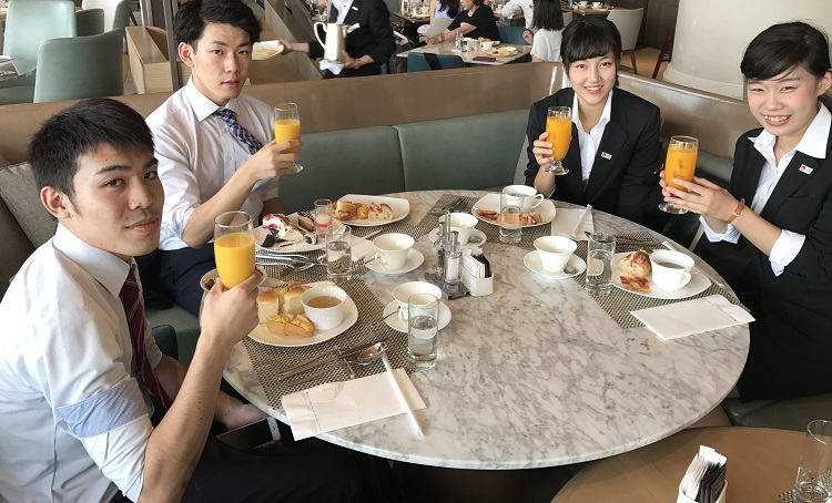 ヒルトン東京お台場「SEASCAPE TERRACE DINING」にて、アフタヌーンティーを楽しむ学生たち