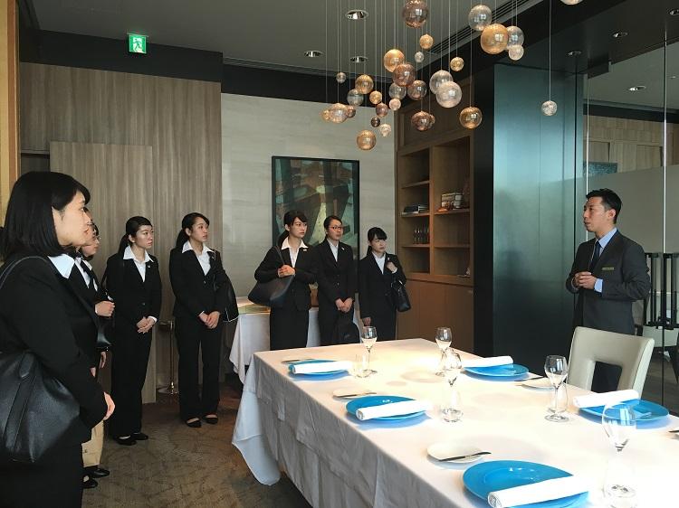 ザ・リッツ・カールトン東京のフレンチダイニング「アジュール フォーティーファイブ」にて、説明を受ける学生