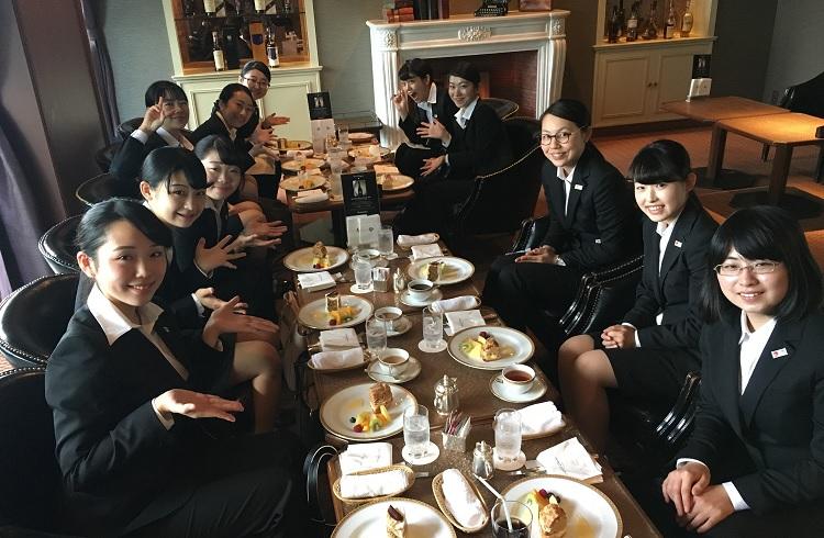ホテルオークラ東京にて、アフタヌーンティーを楽しむ学生たち