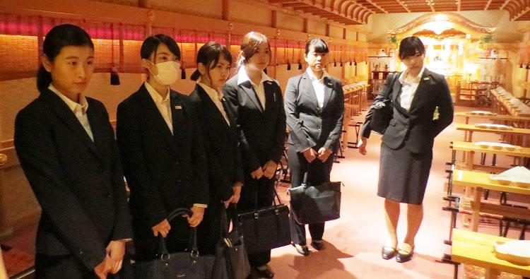 ホテル椿山荘東京「慶雲殿」にて説明を受ける学生