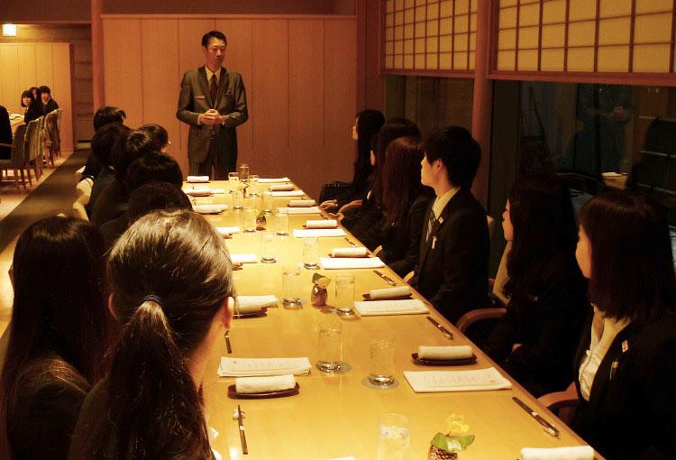 ウェスティンホテル東京  日本料理「舞」のマネージャー吉田様(本校卒業生)から和食作法を教わる学生