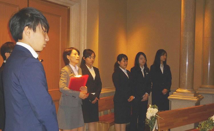 ウェスティンホテル東京 ホテル見学チャペル内で説明を聞く学生
