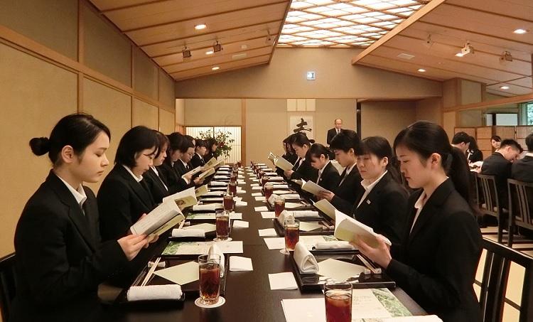 ホテル椿山荘東京「料亭 錦水」レストラン担当 接客支配人 俵木様から説明を受ける学生