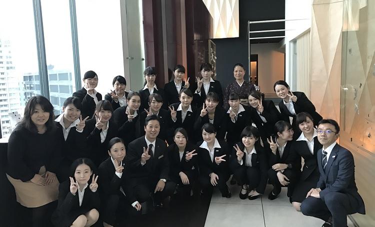 和食体験を終えてお世話になった日本料理 「風花」の先生方と集合写真/コンラッド東京