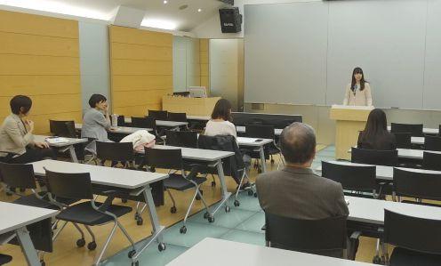 日本語部門に出場する弁士と真剣に聞入る先生方