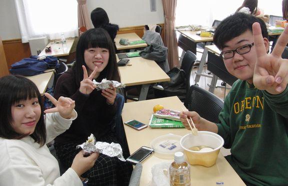 みんなで楽しくコミュニケーションを取りながら食事をしています