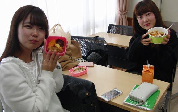 お昼休みは教室でも食事をしていいんですよ