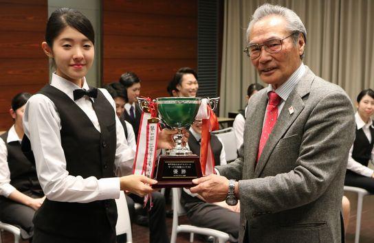 優勝カップの授与。校長先生から中村さんへ手渡されました。