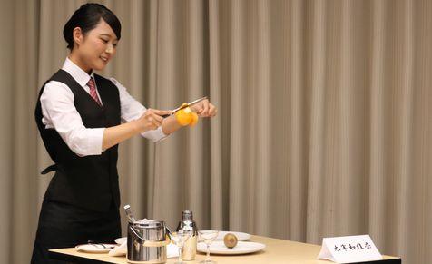 太宰さんのオレンジのカービング、笑顔で手際のよいパフォーマンス。