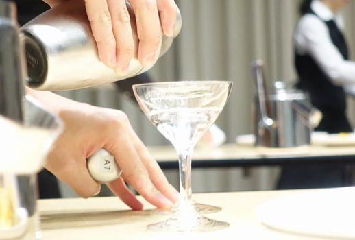 カクテル作成は、リズミカルにそして手際よく行います