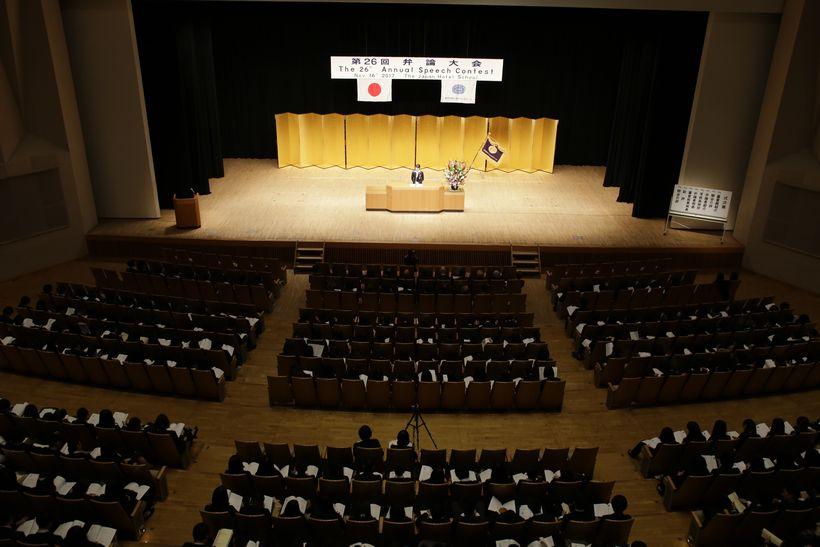 全校在校生約900名、ホテル総支配人の方々などのゲスト審査員20名、内部審査員1名、教職員29名、計約950名の聴衆を前に、総勢38名の予選を通過した日本語部門5名、英語部門5名、計10名の弁士が熱弁を振るいました。