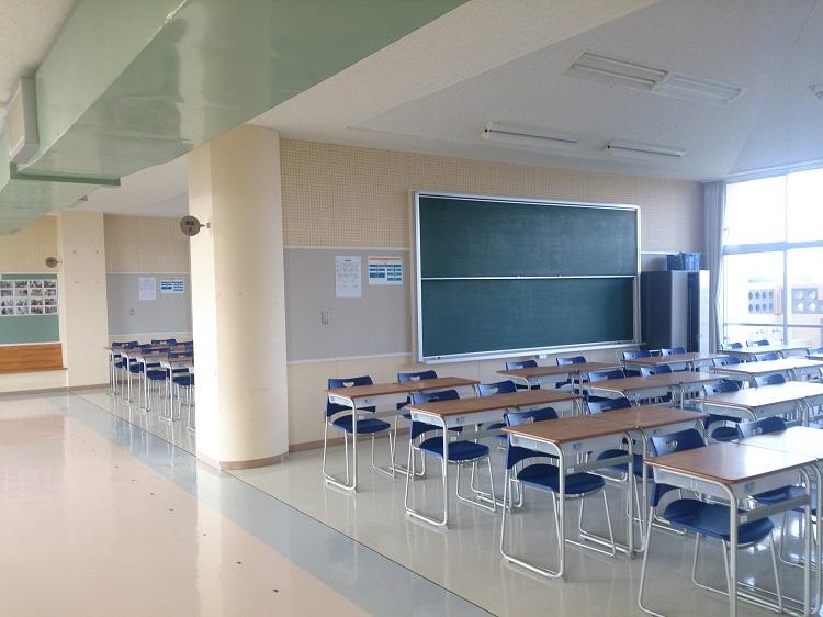 校舎見学/教室 元うるま市立伊計小中学校の校舎を利用しています