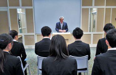 石塚校長より同窓会の活動内容や、激励の言葉を頂きました