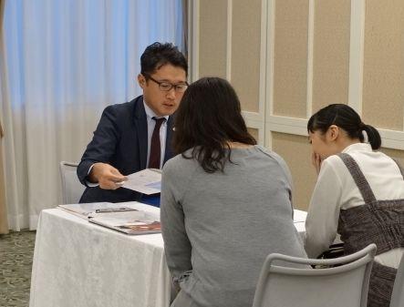 個別相談対応をする村井先生。「何とかして悩みや問題を一緒に解決してあげたい!」という一心な気持ちで向き合っています