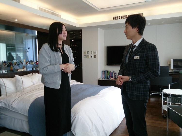 卒業後の就職について相談する川田さん(左)/「当時から肝が据わっていました」と元担任の黒田先生(右)