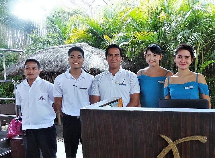 卒業生 岸井さん(右から2番目)とホテルスタッフの皆さん