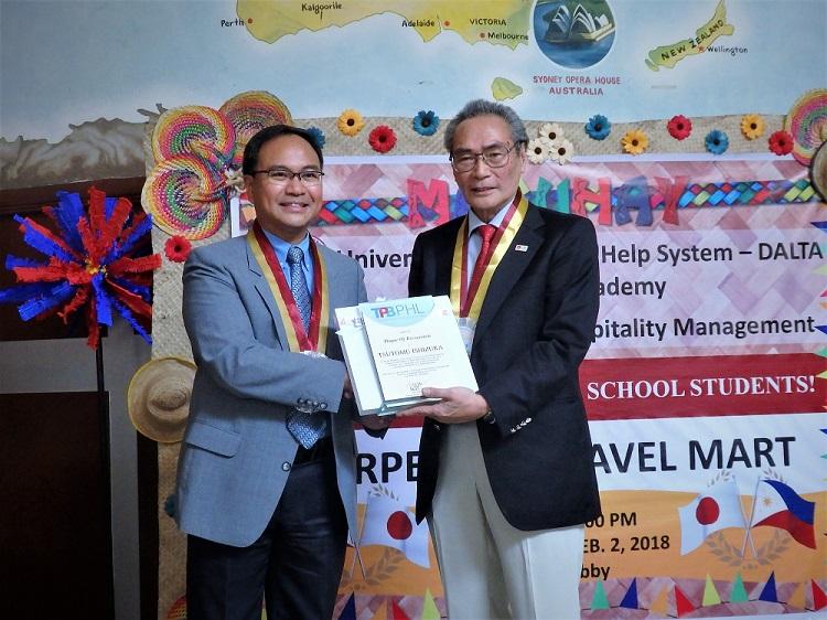 フィリピン観光開発局の担当者(左)と石塚校長(右)記念写真