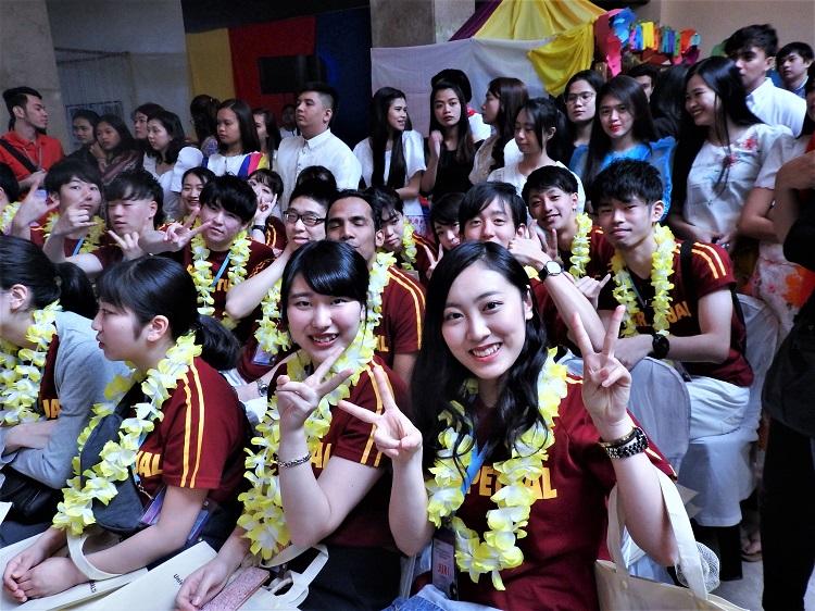 歓迎式典に参加する日本ホテルスクール生