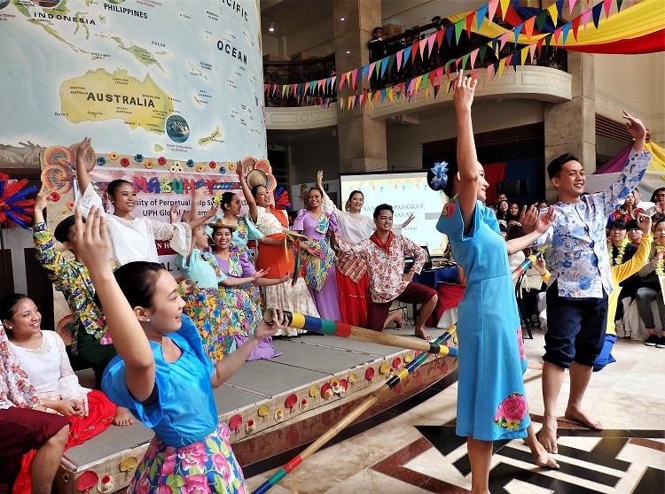 UPHの学生による民族舞踊の披露