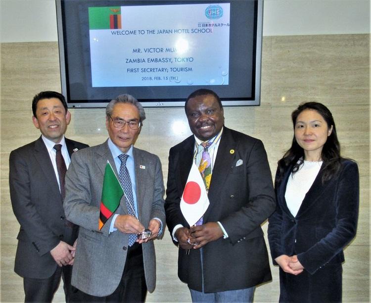 左から、武内副校長、石塚理事長、Mumba氏、江口先生