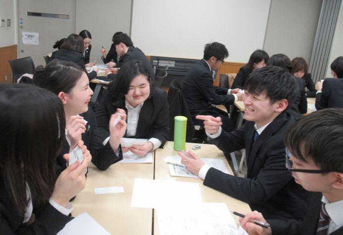 カードを使ったグループワークに取り組み、相手の意見を聞く重要性を学びました