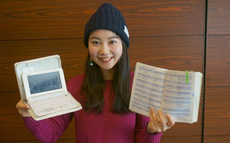 勉強に使った「電子辞書」と「英単語帳」を紹介してくれる雨宮さん