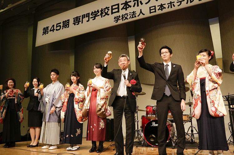卒業記念パーティ 中島同窓会長と同窓会理事による乾杯の発声