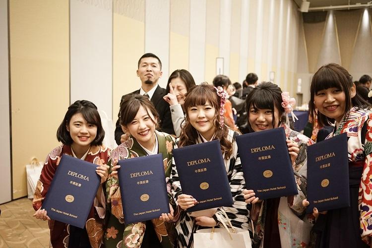 仲間と記念写真 卒業証書とともに