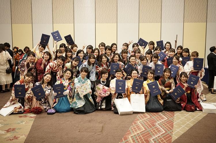 卒業証書とともにクラス集合写真 昼間部ブライダル科Dクラス