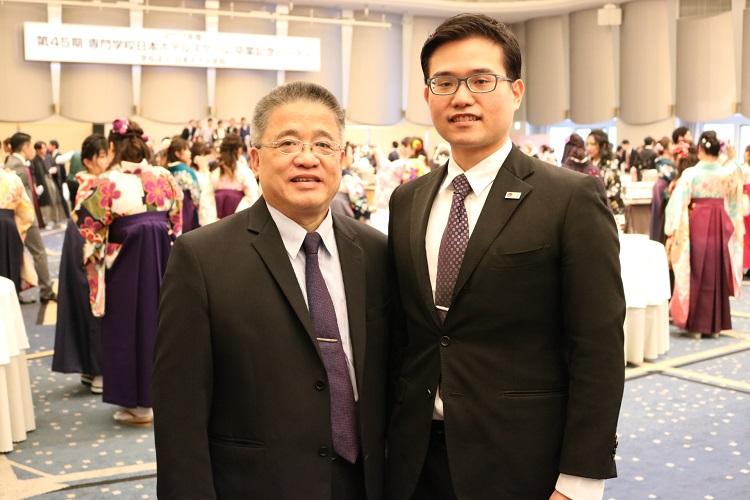 外国人留学生 林 子淳さん(右)と台湾から駆けつけたお父様「ホスピタリティ分野で最先端を行く日本で多くのことを経験して学んで欲しいですね」