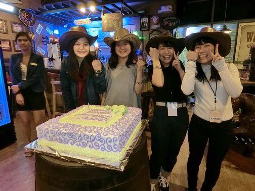 レストランにて誕生日のお祝いをしました。ケーキが大きい!