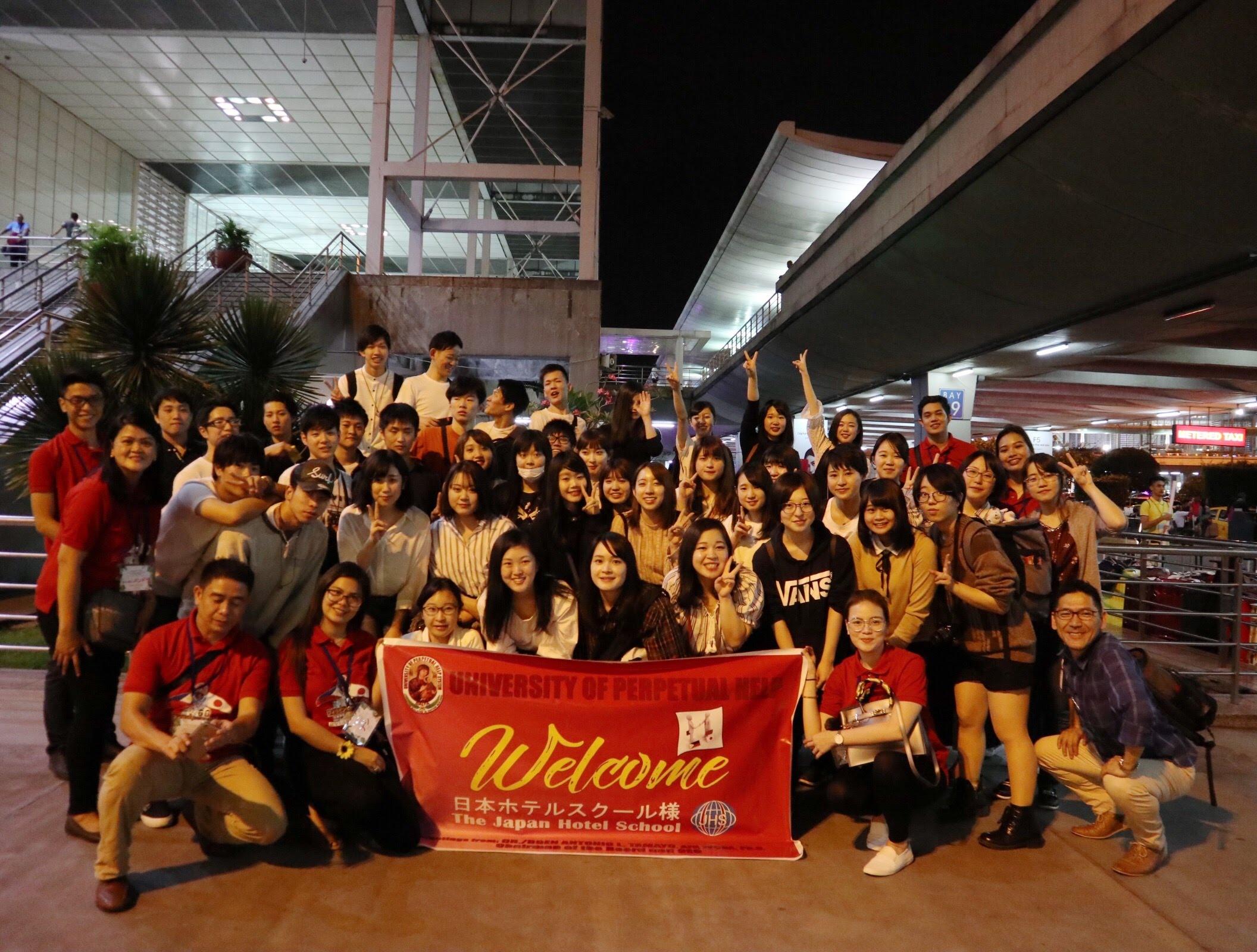 マニラ空港到着時 UPH学生からの歓迎を受ける