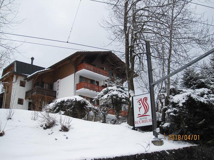 旅行先のホテル「Hotel Ecureil 」の外観。まだ雪に覆われていました。