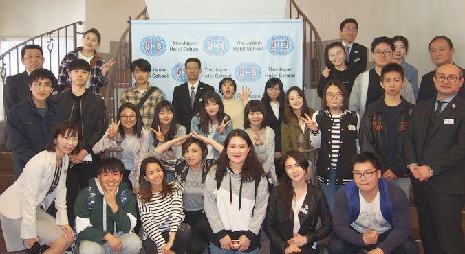 留学生の先輩たち、先生たちと一緒に記念写真