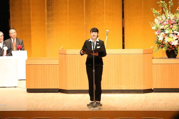 ◆歓迎のことば 昼間部ブライダル科2年 柳澤巴さん 東京都立芝商業高校出身 「私が心掛けていることは『何でも全力で取り組むこと』です。これから1年間は初体験なことが沢山あるでしょう!楽しみにしていてくださいね!」
