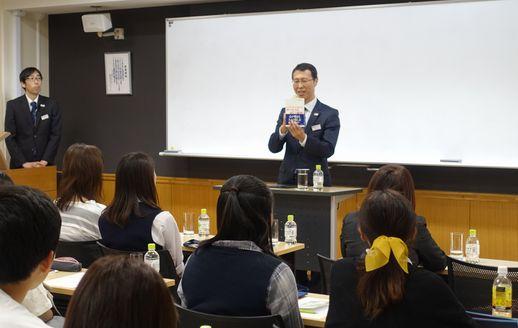 高野登さんの書籍をご紹介する川上副校長