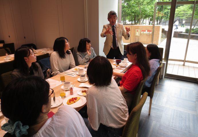 ホテル&ブライダル研究会の趣旨と内容告知を熱く語る顧問の中島先生