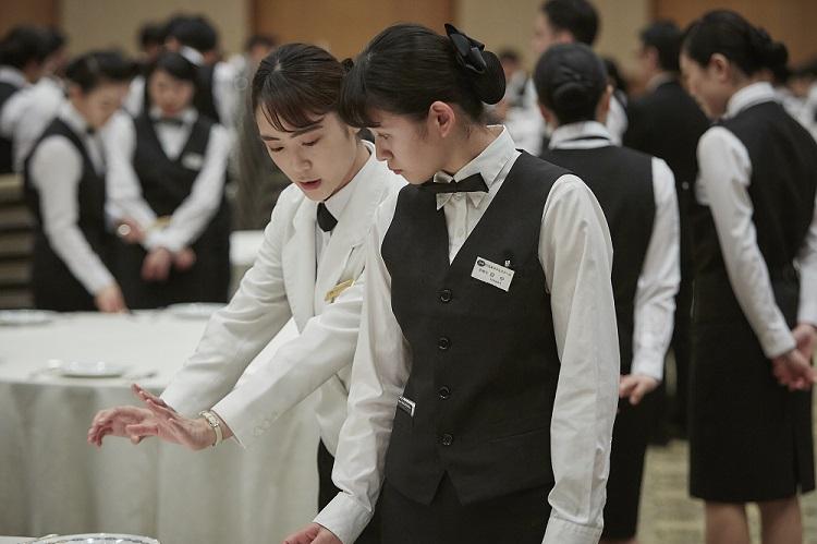 テーブルセッティング演習 ホテルスタッフの皆さんから指導を受けます