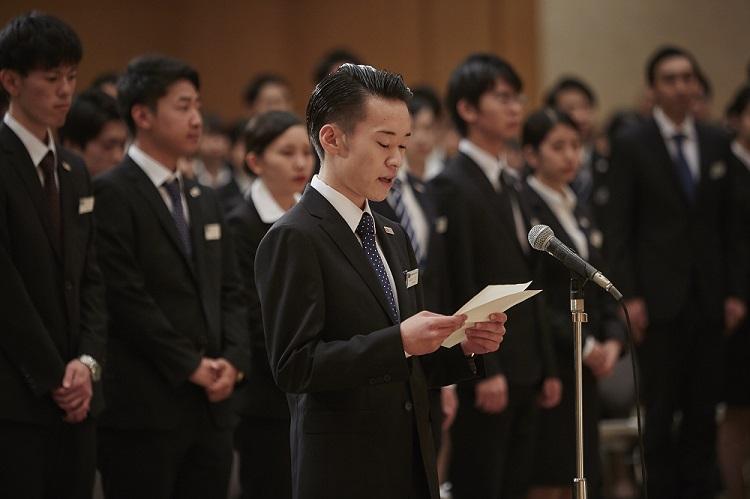 2泊3日の研修を終えて、ホテルスタッフの皆さまに御礼の言葉を伝える学生(昼間部)