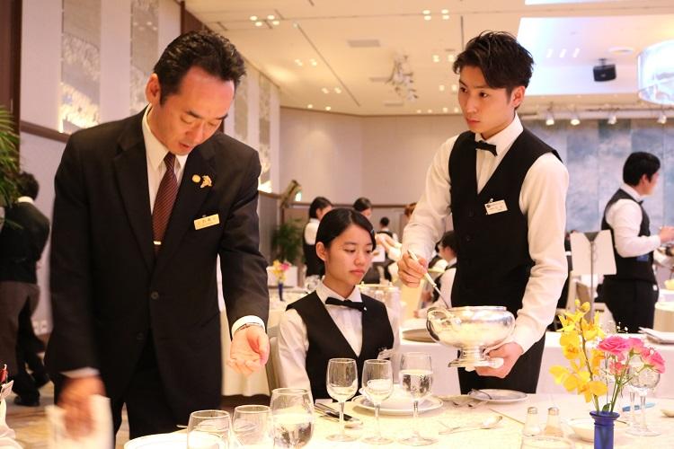 料飲サービス演習 ホテルスタッフの皆さんから指導を受ける学生