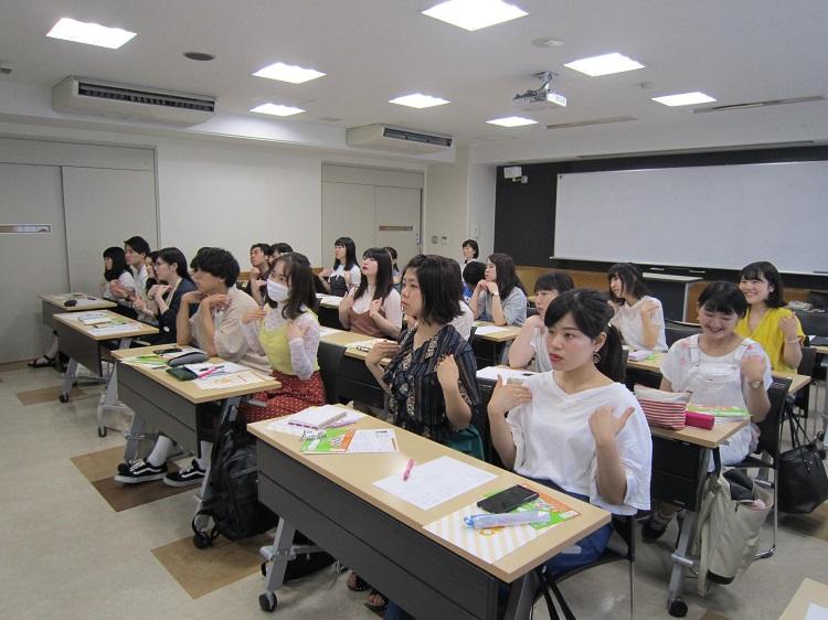 手話を学ぶ学生