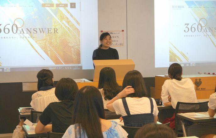 内定先(株式会社ベストブライダル)のwebサイトを見せながら講話する小林栞さん