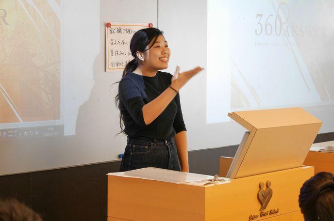 学生からの質問が非常に多い中、笑顔で回答する小林栞さん
