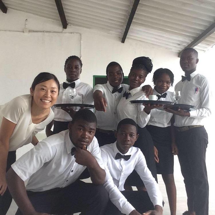 アフリカ・モザンビークでボランティア活動を行う竹田さん(左)