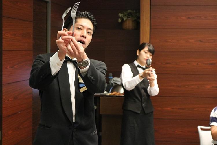 体験授業~宴会サービスを担当する上野先生