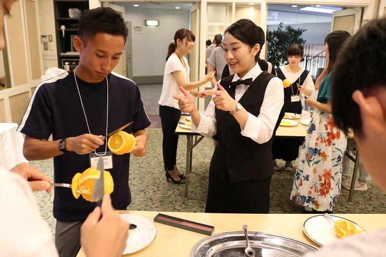 自由選択授業~レストランサービス上級編 フルーツカッティングを体験します