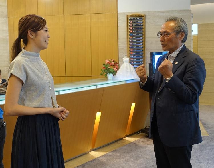 石塚校長とこれまでの活動を報告する竹田さん(左)