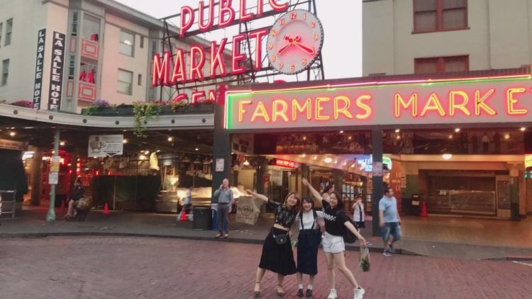小旅行 アメリカ・シアトルのパブリックマーケット前にて