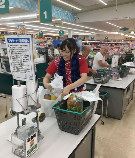 夕食のBBQの食材を求め、地元の大型スーパーへ